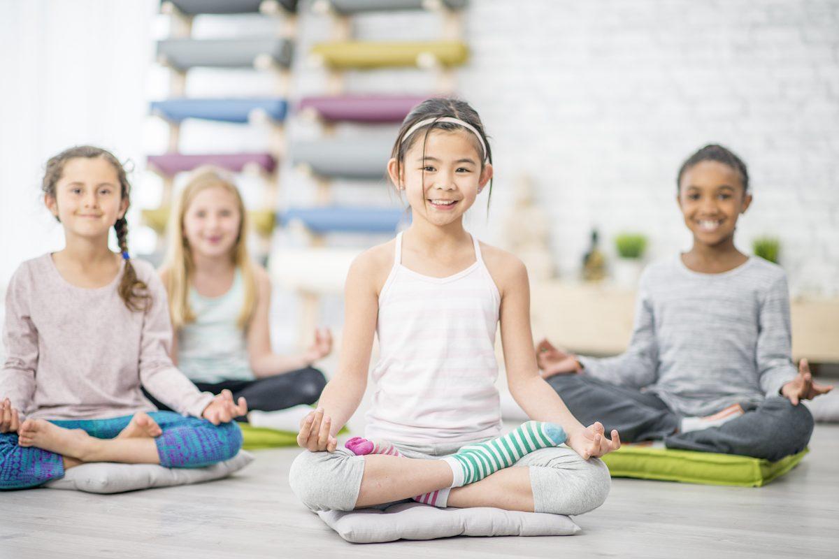 otroci meditirajo